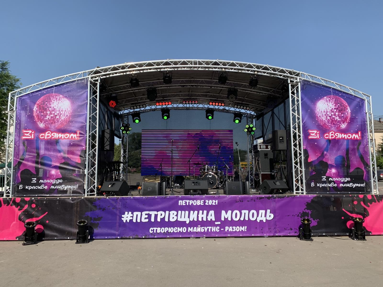 Аренда мобильной сцены 6х5 с крышей в Украине
